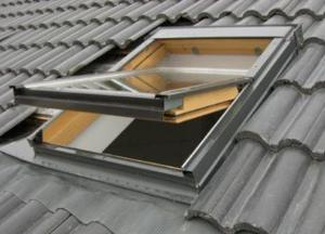 Qualified Center Pivot Roof Window