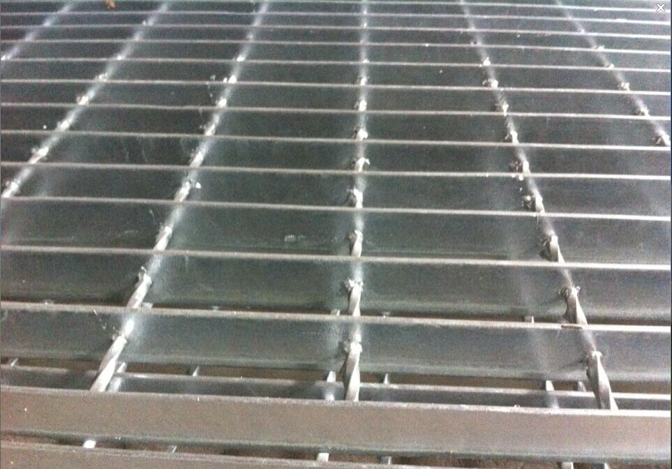 Grating(middle hole of the twisted bar)