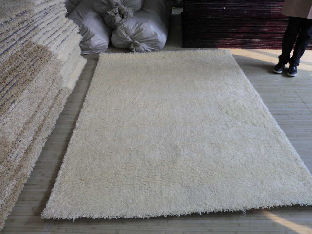 White Polypropylene Shaggy Carpet and Rugs