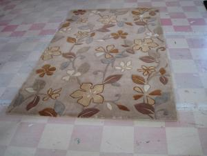 Maple Leaf Design Acrylic Hand Tufted Carpets